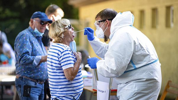 Angst vor Ferien-Einschränkungen: Viele Menschen aus dem Kreis Gütersloh lassen sich auf eine Infektion mit dem Coronavirus testen.