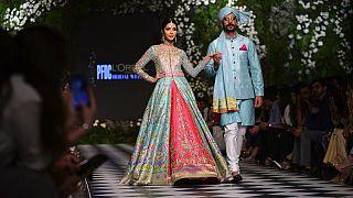Modellek a L'Oreal pakisztáni divatbemutatóján 2018. szeptember 4-én