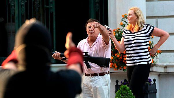 شاهد: رجل وزوجته يشهران أسلحتهم بوجه المتظاهرين في سانت لويس ألأمريكية