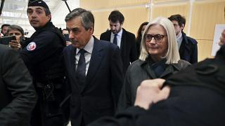 السجن عامين لرئيس وزراء فرنسا السابق بعد إدانته بتهم فساد