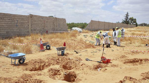 موقع مقبرة جماعية مشتبه بها في بلدة ترهونة، ليبيا.