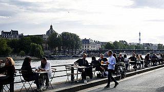 París se está redescubriendo a sí misma, ya que sus cafés y restaurantes vuelven a abrir por primera vez desde que el coronavirus los obligó a cerrar sus puertas en marzo.