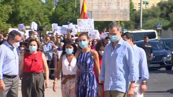 Los reyes de España se dan un baño de realidad en Sevilla
