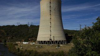 Vista de la chimenea de la planta termoeléctrica en Velilla del Río Carrión, en el norte de España, el viernes 10 de septiembre de 2010.