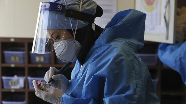 Egy iráni nővér koronavírusos betegeknek szánt gyógyszereket készít elő