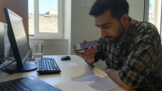 COVID-19: Ο Μαζντ από την Συρία φτιάχνει podcasts για πρόσφυγες και μετανάστες