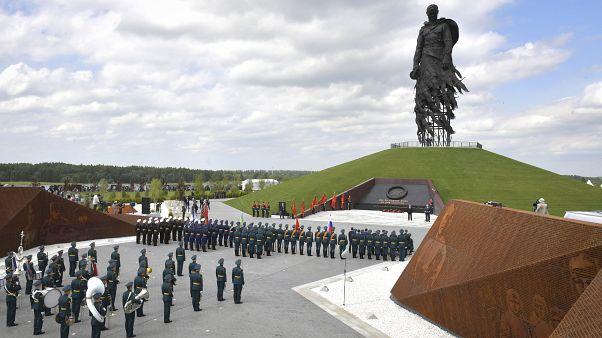 Путин и Лукашенко открыли Ржевский мемориал Советскому солдату.