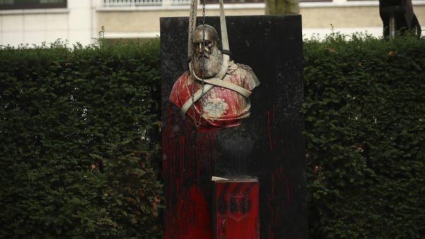 تلطيخ تمثال للملك البلجيكي ليوبولد الثاني بطلاء أحمر في بروكسل تنديداً بالجرائم التي ارتكبت إبان عهده في الكونغو