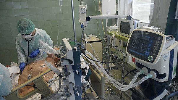 Lélegeztetőgépen lévő beteget ápolnak a Dél-pesti Kórház intenzív osztályán