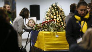 خلال جنازة إحدى ضحايا الطائرة المدنية الأوكرانية التي أسقطها الجيش الإيراني