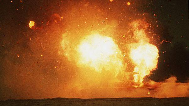 شاهد: رجال الإطفاء يحاولون السيطرة على حريق الميناء النفطي الكويتي
