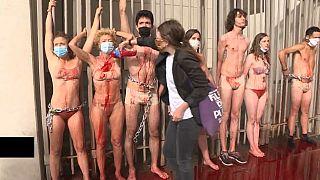 معترضان «شورش انقراض» با بدن عریان و خونین خود را به زنجیر کشیدند