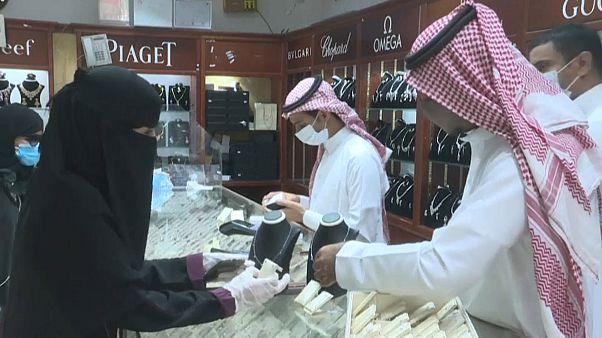 السعودية نيوز |      شاهد: السعوديون يتدفقون إلى الأسواق قبيل رفع ضريبة القيمة المضافة