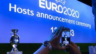 كأس هنري ديلوناي لبطولة كرة القدم الأوروبية ويفا قبل حفل الإعلان عن استضافة كأس الأمم الأوروبية 2020 سويسرا.