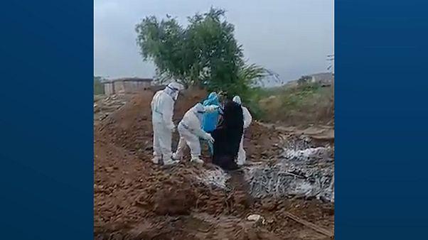 Hindistan'da Covid-19 kurbanlarının cesetleri çukurlara atılıyor