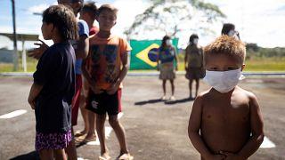 Indígenas brasileiros fazem o teste à covid-19
