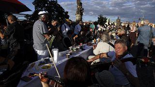 جشن خیابانی پایان کرونا در جمهوری چک؛ شهروندان پراگ سر میز ۵۰۰ متری نشستند