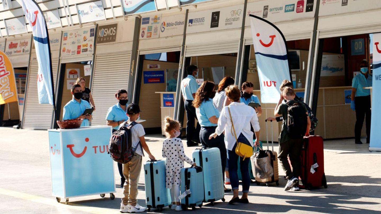 Άνοιξαν τα αεροδρόμια- Χιλιάδες τουρίστες φτάνουν στα ελληνικά ...