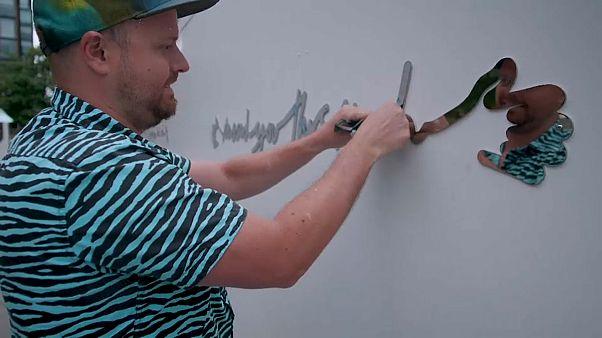 Andy Leek verpasst seinem Kunstwerk den letzten Schliff