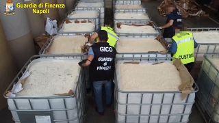 Des policiers examinent leur saisie de 14 tonnes d'amphétamines dans le port de Salerne - Italie -, le 1er juillet 2020