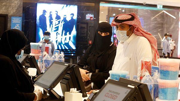 السعودية نيوز |      زيادة الضريبة على القيمة المضافة تدخل حيز التنفيذ في السعودية وتوقعات بارتفاع التضخم