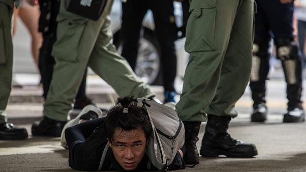 توقيف أحد المحتجين ضد القانون الجديد في هونغ كونغ