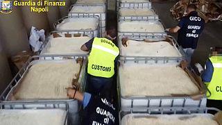 La policía italiana muestra el cargamento incautado
