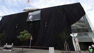 Aktion gegen Kohleenergie: Greenpeace-Aktivisten hüllen CDU-Zentrale schwarz ein