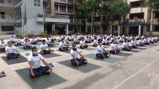 Bangladesh, la Polizia si rilassa con lo yoga
