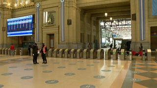 Los espacios públicos, como las estaciones de tren, aparecen desiertos en Buenos Aires