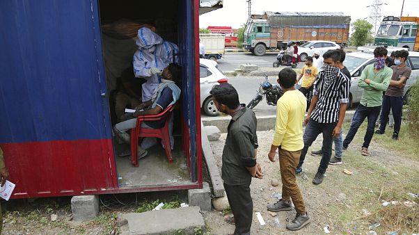 مركز لفحص المصابين بكورونا - ضاحية جامو ، الهند /1 يوليو 2020