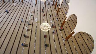 داخل مسجد الملك فيصل في الإمارات