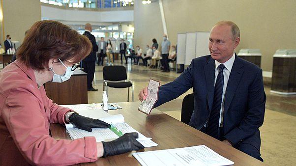 Abstimmung über Verfassung: Wahlkommission meldet Putin-Sieg