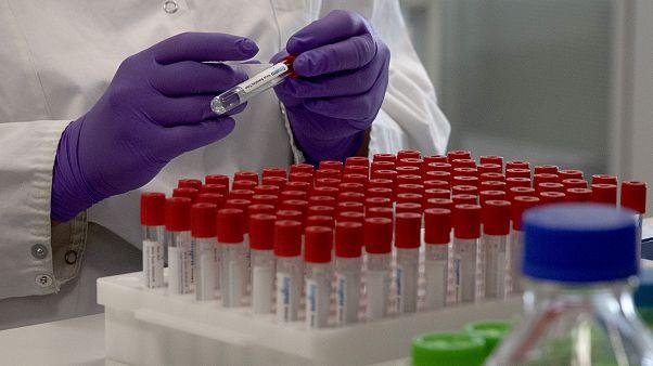 پژوهش برای دستیابی به واکسن کرونا در یکی از شرکتهای تابعه جانسوناندجانسون در بروکسل