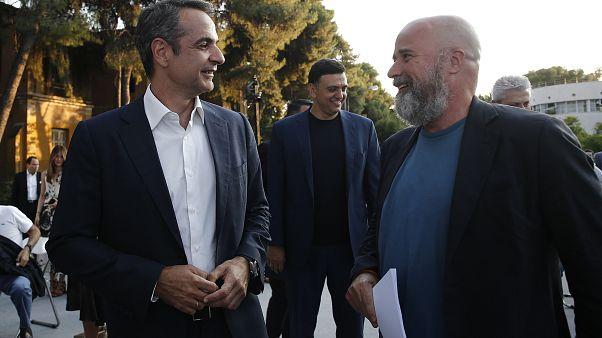 Ο πρωθυπουργός Κυριάκος Μητσοτάκης με τον πρόεδρο του ΙΣΝ Ανδρέα Δρακόπουλο