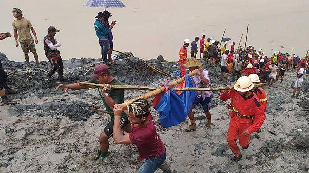 Equipas de busca e resgate retiram cadáveres de mineiros de um lago