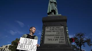 """Demonstrant mit dem Slogan """"Putin für immer?"""" auf dem Moskauer Puschkin-Platz"""