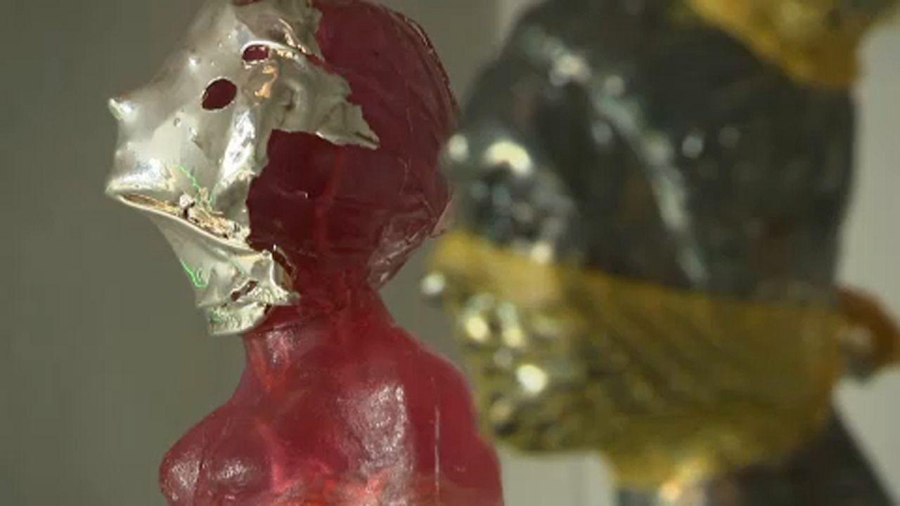 Koronavírus a művészetben: maszkos szobrokból nyílt tárlat Prágában