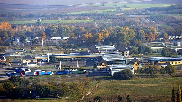 Légi felvétel a röszkei határátkelőhelyről, az M5-ös autópályán, 2015-ben