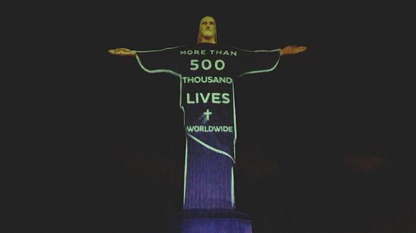 شاهد: إضاءة تمثال المسيح الفادي في ريو دي جانيرو تكريما لضحايا كوفيد-19