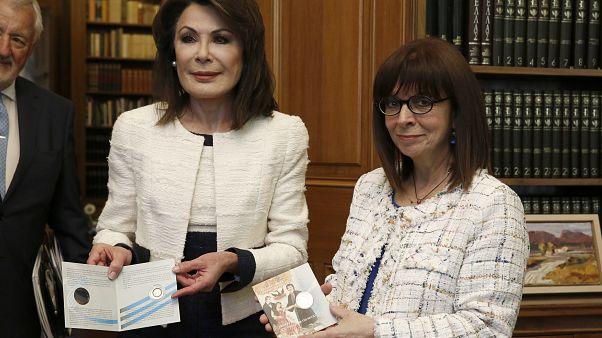 """Το συλλεκτικό μετάλλιο της Επιτροπής """"Ελλάδα 2021"""" παρουσίασε στην ΠτΔ η Γ. Αγγελοπούλου"""
