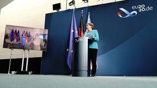 Angela Merkel in Berlin und Ursula von der Leyen in Brüssel