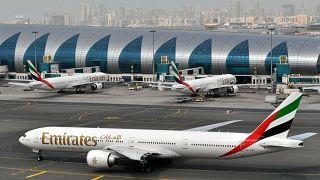 طائرة مدنية تابعة لخطوط طيران الإمارات في مطار دبي الدولي (أرشيف)