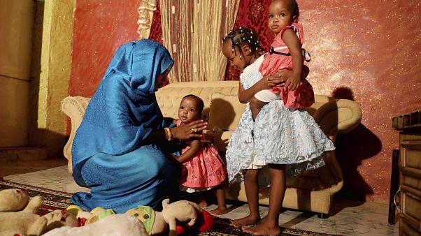 يسرية عوض مع ابنتيها في منزلهم بالخرطوم في السودان ترفض القيام بتشويه الأعضاء التناسلية لإبنتيها
