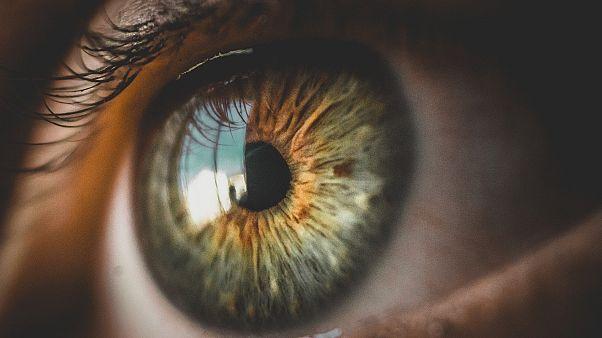 كيف يساعد الضوء الأحمر العميق على الحد من شيخوخة البصر؟