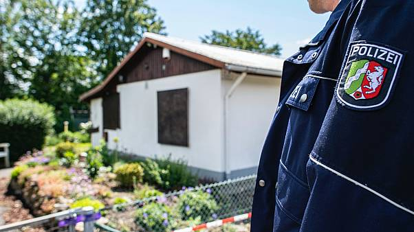 Rendőr áll egy ház közelében egy pedofilhálózat elleni nyomozás során a németországi Münsterben.