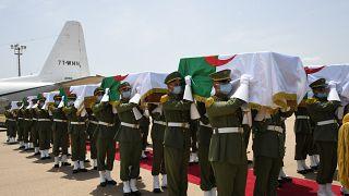 شاهد: وصول رفات 24 مقاتلاً ضد الاستعمار الفرنسي إلى الجزائر