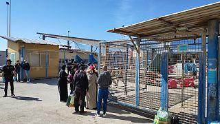 Ciudadanos marroquíes esperan ser repatriados después de haber quedado varados en España debido a la pandemia de coronavirus en el enclave de Ceuta.