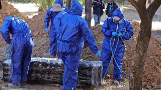 Trabajadores se preparan para enterrar a un fallecido por COVID-19 en Cochabamba