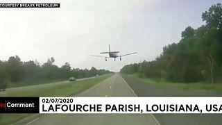 شاهد: هبوط اضطراري لطائرة على طريق للسيارات في الولايات المتحدة